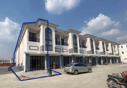 វីឡាកូនកាត់ នៅក្រាំងធ្នង់ Villa in Phnom Penh