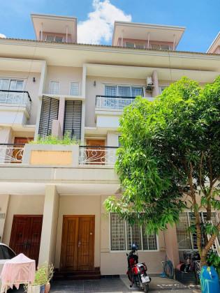 វីឡាកូនកាត់នៅបុរីប៉េងហួត Villa in Phnom Penh