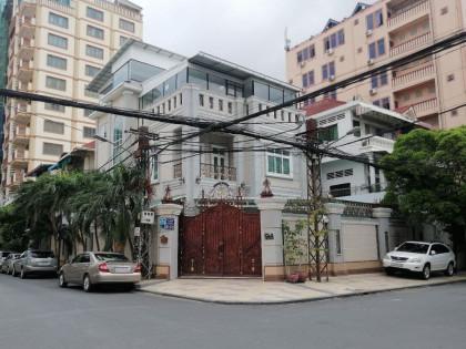ផ្ទះវីឡានៅគីរីរម្យ Villa in Phnom Penh