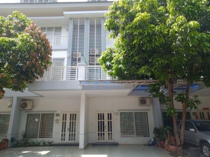វីឡាកូនកាត់ LA នៅបុរីប៉េងហួត Villa in Phnom Penh